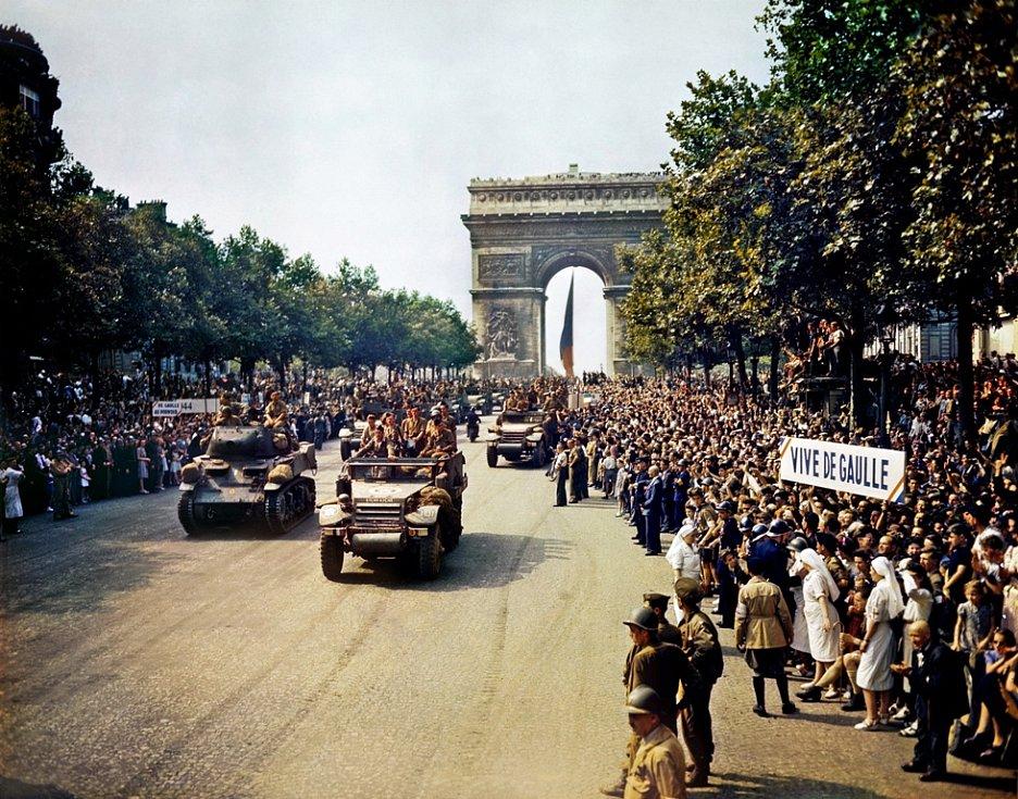 Osvobození Paříže v roce 1944. Američané ponechali část bojů o hlavní město Francouzům a de Gaulle tak mohl do Paříže vstoupit se svými jednotkami jako jeden z prvních.