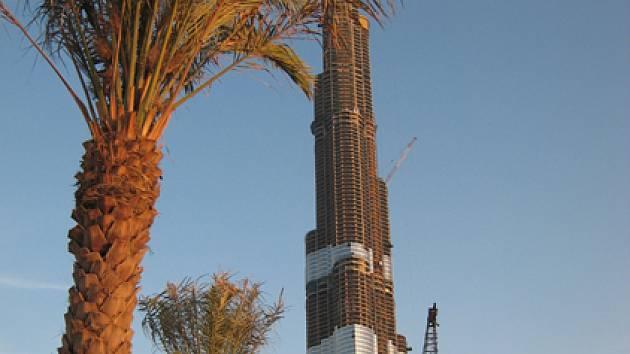 Stavba nejvyššího mrakodrapu světa nazvaného Burdž al-Dubaj se se svými šesti sty metry tyčí na místě, kde ještě před nedávnem byla palmami porostlá poušť.