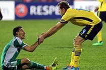 Bulharský tým v závěru zdržoval. Takto se snažil zvednout Senad Lulic (vpravo) Fabia Espinha