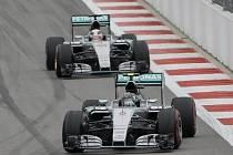 Velká cena Ruska v Soči: Situace po startu - Nico Rosberg a Lewis Hamilton