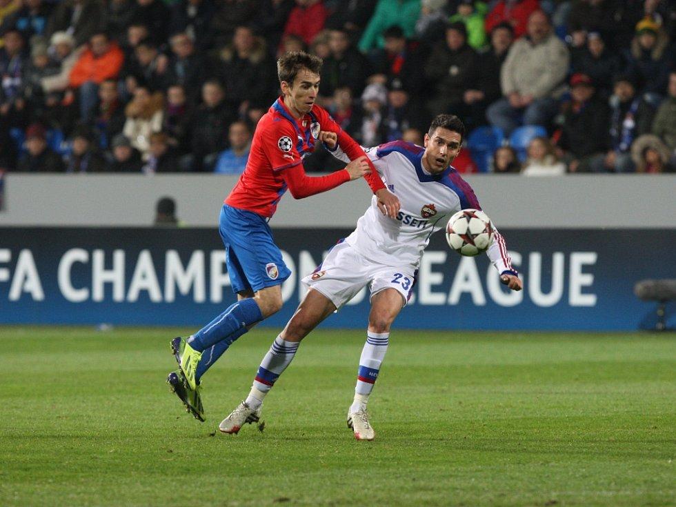 Tomáš Hořava z Plzně (vlevo) se dere za míčem v zápase s CSKA Moskva.