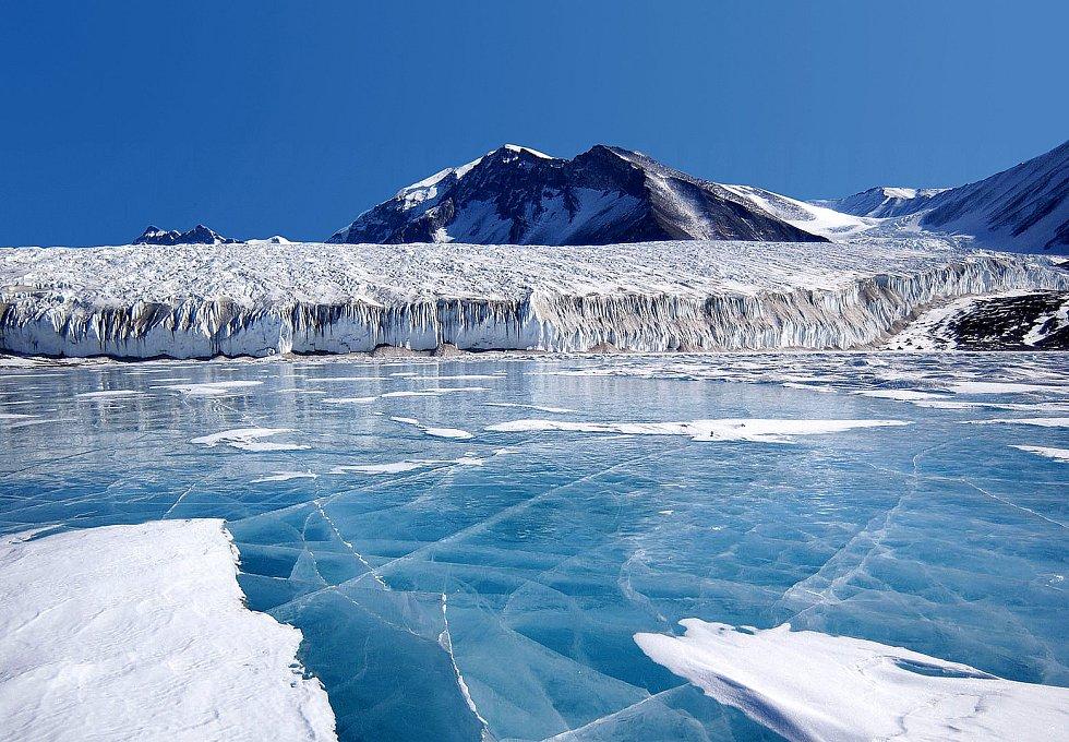 Jezero Fryxell v Transantarktické pohoří.