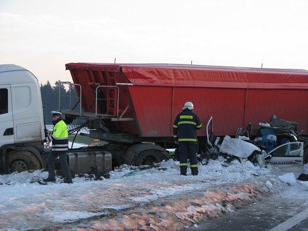 Dva lidské životy si v pátek ráno vyžádala tragická nehoda na pětatřicítce u Svitav. Kolizi zavinil invalida, který riskantně předjížděl kolonu aut. Pod koly kamionu zahynuli dva nevinní lidé z firmy Skanska.
