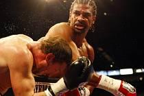 Boxer David Haye (vpravo) má za sebou rozsáhlou operaci pravého ramene.