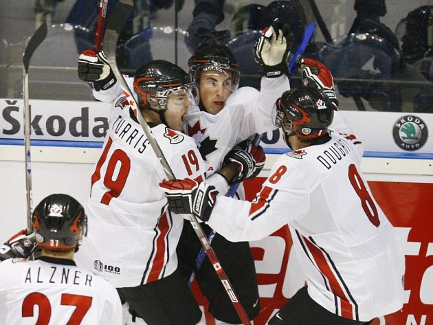 Mladí kanadští hokejisté se radují, postoupili přes Finsko do semifinále MS.