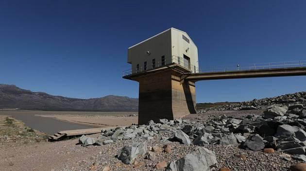 Kapskému městu dochází voda. Zemi sužují nebývalá sucha. Hlavní zásobárnou vody je nádrž Theewaterskloof Dam za městem. Ta však už tři roky vysychá.