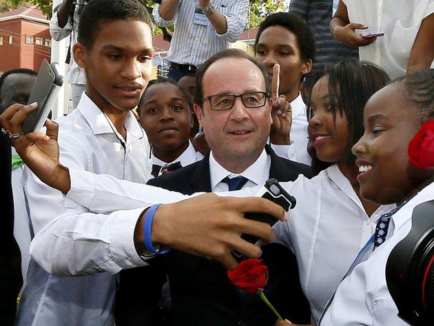 Francouzský prezident François Hollande dnes přiletěl do Havany. Stal se tak prvním nejvyšším představitelem nějakého západního státu, který navštívil Kubu od loni oznámeného uvolňování vztahů mezi komunistickým ostrovem a Spojenými státy.