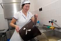 Pracovnice školní jídelny Kateřina Ocetníková musela mýt nádobí ručně.