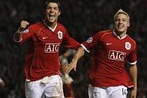 Cristiano Ronaldo (vlevo) a Alan Smith slaví pátý gól v síti AS Řím. Manchester deklasoval italského soupeře rozdílem třídy a postoupil do semifinále Ligy mistrů.