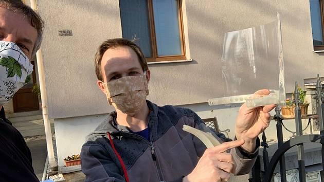 Selfie s hrdinou. Starosta Pavel Čermák (vlevo) s kovářem a nadšeným fanouškem 3D tisku Michalem Škultétym