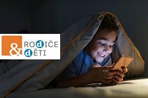 Čtyři z pěti dětí tvrdí, že jim mobil pomáhá při učení. Ilustrační foto.