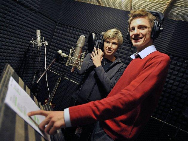Prezidentka organizačního výboru MS Kateřina Neumannová a zpěvák Ondřej Ruml v nahrávacím studiu.