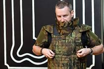 Jan Žižka z České zbrojovky předvedl 12. února 2015 v Praze neprůstřelnou vestu pro českou armádu