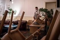 Pandemie koronaviru a opatření s ní spojená stála místo už desetitisíce lidí. Nejvíce se to týkalo těch, kteří pracovali v pohostinství a ubytování.