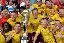 Sparta - Plzeň: Letenský tým s trofejí