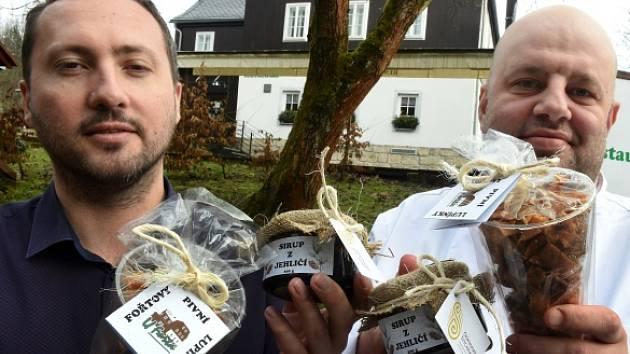 Zleva majitel Hospůdky U Fořta v Mezné na Děčínsku Jaroslav Suchánek a šéfkuchař Tomáš Medo ukazují sirup z jehličí a Fořtovy pivní lupínky, které se zařadily mezi regionální produkty Českosaského Švýcarska.