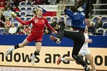 Veronika Malá zakončuje v utkání proti Černé Hoře.