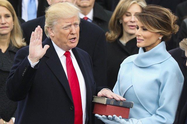 Donald Trump skládá přísahu.