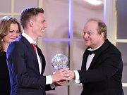Bořek Dočkal (vlevo) přebírá od herce Davida Novotného cenu za třetí místo v anketě Fotbalista roku.