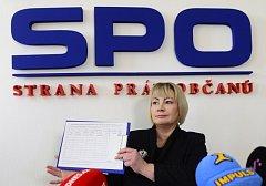 První dáma Ivana Zemanová jako první podepsala na briefingu 24. dubna v Praze petici na podporu opětovné kandidatury svého manžela Miloše Zemana na funkci hlavy státu. Zemanova manželka bude šéfkou jeho volebního týmu.