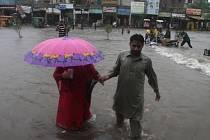Nejméně 110 lidských životů si od středy v Pákistánu vyžádaly silné monzunové deště, které způsobily povodně. Úřady nařídily evakuace níže položených oblastí kolem řeky Čanáb.