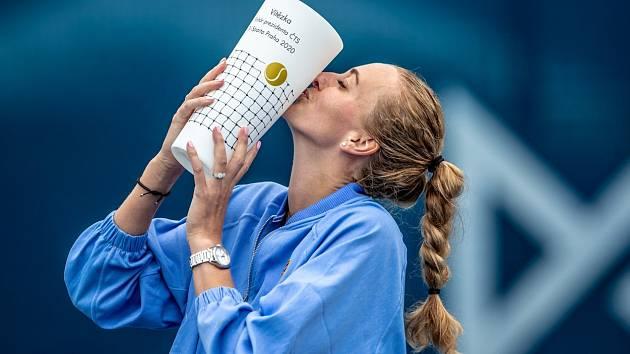 Petra Kvitová s trofejí pro vítězku turnaje O pohár prezidenta ČTS.