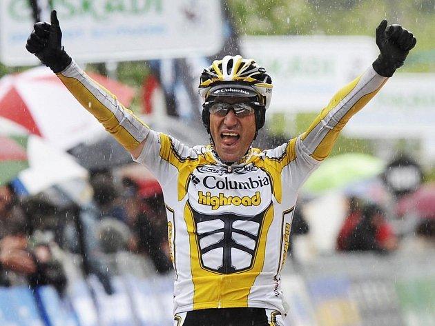 Vítězné gesto Marca Pinottiho v cíli páté etapy závodu Kolem Baskicka.
