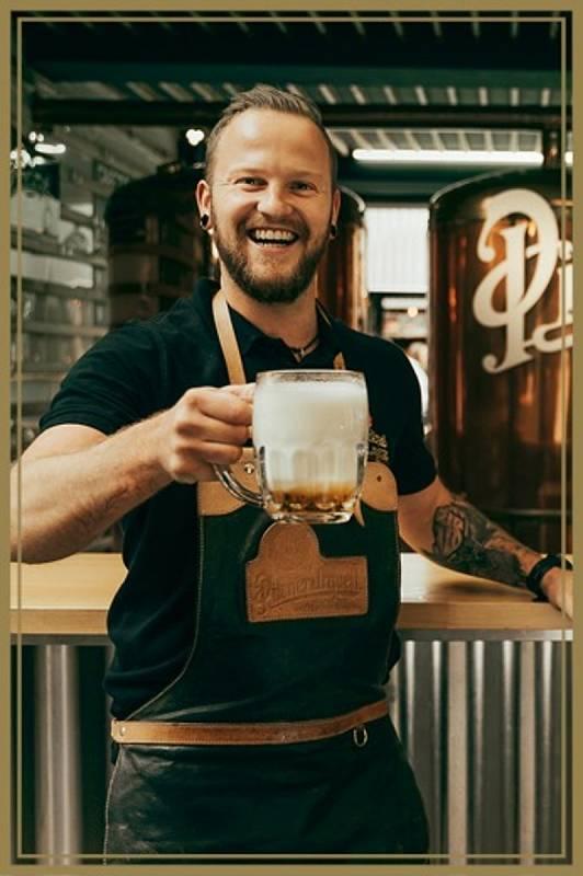 Tomáš Krčmář. Vítěz soutěže Pilsner Urquell Master Bartender o nejlepšího výčepního plzeňského piva. Konala se 16. a 17. června 2021