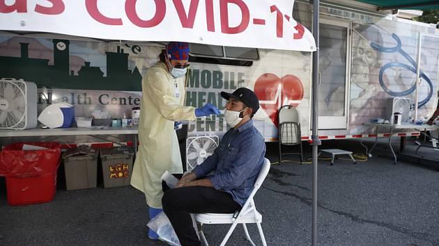 Odběr vzorků na koronavirus v USA