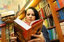 Knihkupectví na svých pultech začnou nabízet poslední díl série o mladém čaroději.