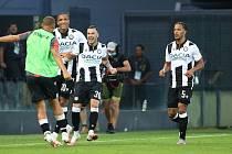 Ilija Nestorovski (uprostřed) slaví gól do sítě Juventusu.