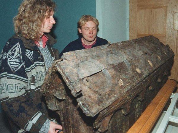 Správce zámku vBečově nad Teplou na Karlovarsku Ivan Léber (vlevo) a Milan Marhan si prohlížejí zrestaurované, původní dubové jádro relikviáře sv. Maura.