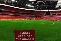 Trávník ve Wembley je připraven.