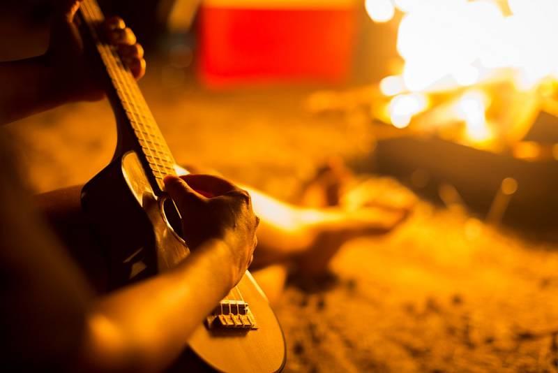 Táborák a hra na kytaru patří neodmyslitelně k sobě