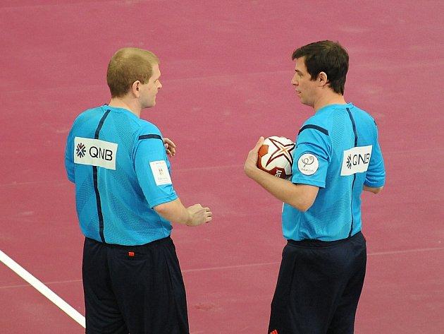 Čeští rozhodčí na MS v Kataru - Jiří Novotný (vpravo) a Václav Horáček