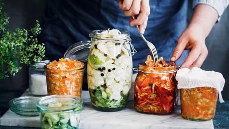 Při troše zkušeností zvládnete zkvasit kde co. Víte, že teď jde do módy fermentované maso? Pro naše zdraví ichuť je ale pořád nejlepší tradiční kvašená zelenina.