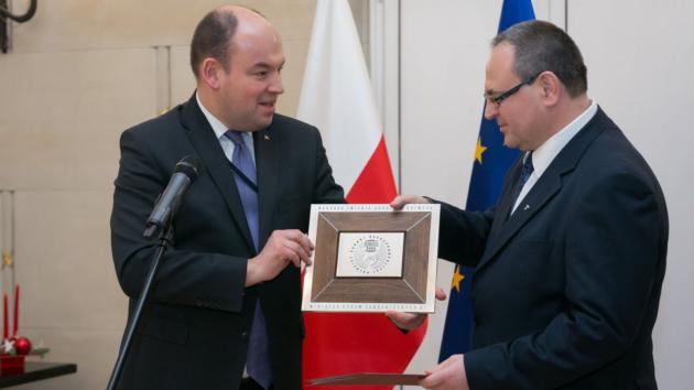 Slawomir Kowalski přebírá ocenění pro nejlepšího konzula