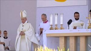 Papež František odjel v koloně aut z venkovní bohoslužby v Šaštíně blízko hranic kolem poledne. Zakončil tak návštěvu Slovenska.