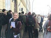 """Stávka studentů Vyjdi ven u FSV UK. Původně jsem si chtěla vzít ústavu, ale zapomněla jsem ji. Tak jsem ji aspoň nakreslila,"""" řekla studentka Petra."""