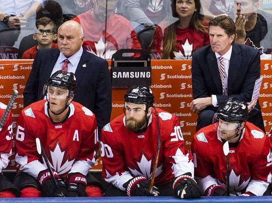 Střídačka Kanady, vpravo nahoře kouč Mike Babcock