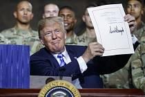 Donald Trump podepsal rekordní vojenský rozpočet