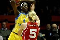 DeLisha Milton-Jones z českého týmu (vlevo) a Milda Sauliuteová z Kaunasu.