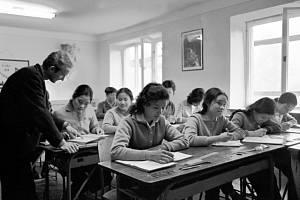 Mladé Vietnamky v odborném učilišti Chirana v Novém Městě na Moravě. Rok 1967