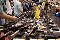 Obchod se zbraněmi v USA, ilustrační foto.