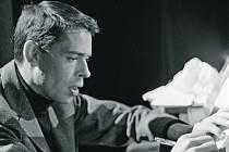 Jacques Brel u piána v roce 1963