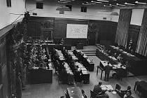 """Tzv. """"lékařský proces"""", probíhající v rámci poválečného zúčtování s válečnými zločinci v Norimberku, soudil v roce 1946 23 lékařů a úředníků pro nezákonné pokusy na lidech. Reiner Fuellmich chce vyvolat podobný proces kvůli covid-19"""