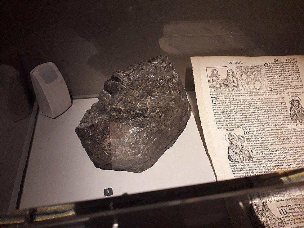 Úlomek z meteoritu, který 7. listopadu 1492 dopadl nedaleko alsaského městečka Ensisheim ve Francii, v Národním přírodovědném muzeu v Paříži