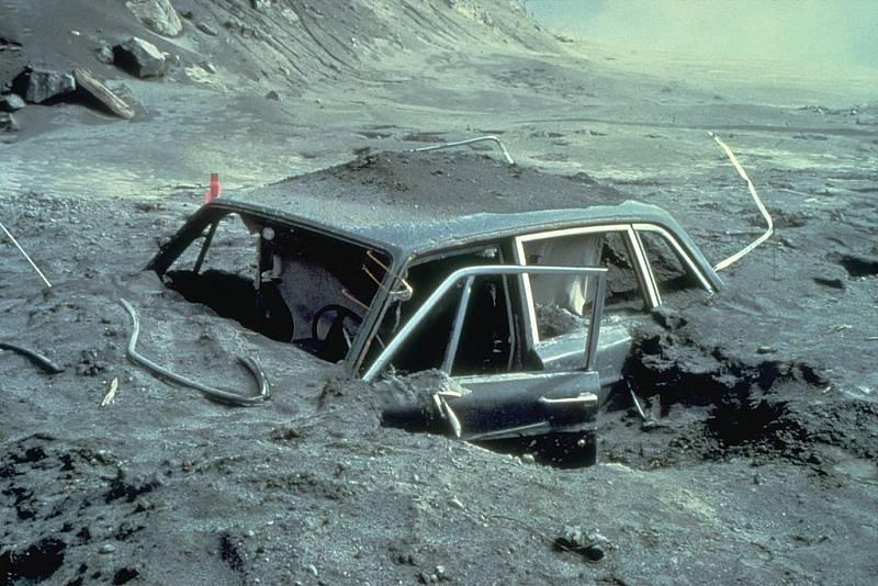 Vůz fotografa National Geographic Reida Bleckburna, pohřbený v lávě