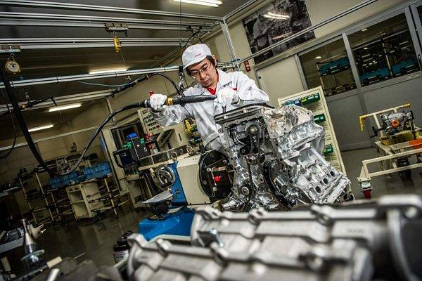 Ruční výroba motoru pro Nissan GT-R.