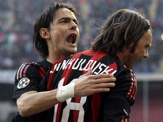 Milánský Filippo Inzaghi (vlevo) se spolu s českým reprezentantem Markem Jankulovskim raduje z jednoho ze svých gólů do sítě Bergama.